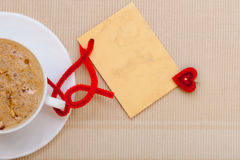Copia-spazio caldo della carta in bianco di amore di simbolo del cuore della bevanda del caffè bianco della tazza Immagini Stock