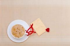 Copia-spazio caldo della carta in bianco di amore di simbolo del cuore della bevanda del caffè bianco della tazza Immagini Stock Libere da Diritti