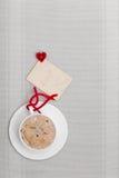 Copia-spazio caldo della carta in bianco di amore di simbolo del cuore della bevanda del caffè bianco della tazza Fotografie Stock