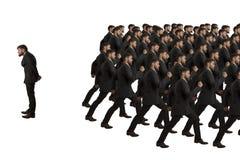Copias e individuo que marchan Fotografía de archivo