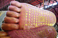 Copie du pied de Bouddha d'image étendue de Chauk Htat Gyi Bouddha à la pagoda de Kyauk Htat Gyi à Yangon, Birmanie Photographie stock libre de droits