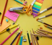 Copie el espacio en el centro Opinión superior inmóvil de la escuela sobre Backg amarillo foto de archivo