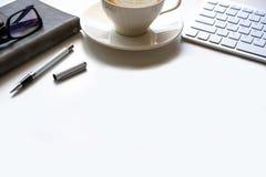 Copie el espacio, trabajando el escritorio con el ordenador portátil, teléfono celular, lápiz del cuaderno Imagenes de archivo