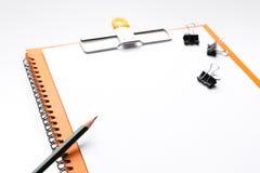 Copie el papel en blanco A4 del espacio y lápiz y clip trasero de la carpeta en etiqueta Foto de archivo libre de regalías
