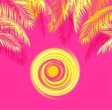 Copie estivale de T-shirt avec les palmettes jaunes et soleil chaud sur le fond rose Image stock