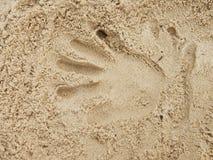 Copie masculine de main dans le sable de sel sur la plage Photo libre de droits