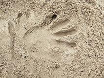 Copie masculine de main dans le sable de sel sur la plage Longue main de doigts Images stock