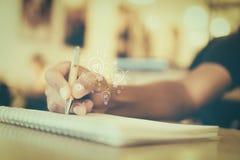 Copie o espaço da mão da mulher que escreve para baixo fotos de stock royalty free