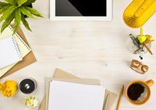 Copie o espaço, o papel, os artigos de papelaria e o tablet pc no fundo de madeira imagens de stock