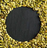 Copie o fundo do espaço com as beiras feitas das sementes de abóbora Fotos de Stock