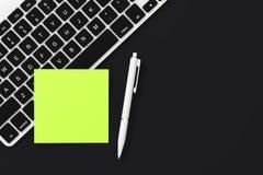 Copie o papel de nota pegajoso vazio do espaço com pena e teclado 3d ren ilustração royalty free
