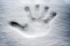 Copie parfaite de main dans la neige fraîche, avec le fond brouillé du lac et de la montagne Photo stock