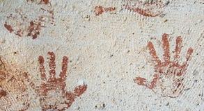 Copies de main de Brown dans le mur urbain image libre de droits