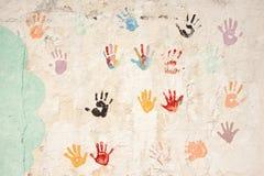 Copies des mains du ` s d'enfants sur un mur en béton Photos libres de droits
