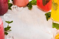 Copiez l'espace avec des boissons de fruit frais autour Photographie stock