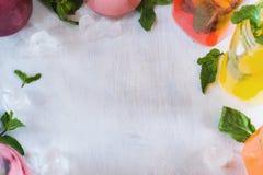 Copiez l'espace avec des boissons de fruit frais autour Photographie stock libre de droits
