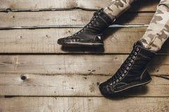 Copiez l'espace avec des jambes sur le fond en bois Photos stock