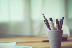Copiez l'espace de l'écriture d'équipement dans un verre sur la table en bois, effet de vintage Photo stock