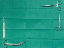 Copiez l'espace des textes avec la lame de chirurgie, ciseaux, poignée de crampe, baum dessus Photographie stock libre de droits
