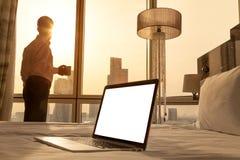 Copiez l'ordinateur portable de l'espace dans la pièce ensoleillée confortable Images stock