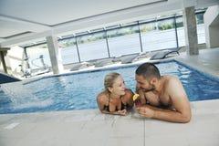 Cople heureux détendant à la piscine Image stock