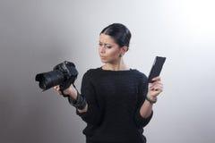 Copmaring kamerainställningar för ung caucasian kvinna arkivfoton