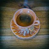 Copo árabe da porcelana do café preto do estilo in fine no fundo de madeira fotos de stock