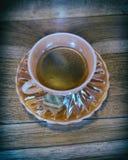 Copo árabe da porcelana do café preto do estilo in fine no fundo de madeira imagens de stock
