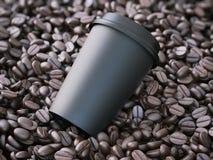 Copo afastado preto nos feijões de café rendição 3d Foto de Stock Royalty Free