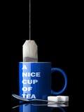 Copo agradável, caneca do chá de vida ainda no preto com reflexão M azul Fotografia de Stock Royalty Free