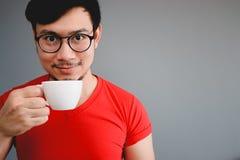 Copo asiático do homem e de café Imagens de Stock