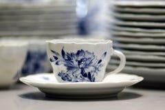 Copo azul branco da porcelana com stillife Meissen dos pires fotografia de stock royalty free