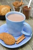 Copo azul do cacau com os biscoitos da canela e de farinha de aveia Fotos de Stock Royalty Free