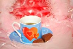 Copo azul do Valentim na cor-de-rosa fotos de stock royalty free