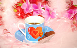 Copo azul dos Valentim com chocolate Fotos de Stock Royalty Free