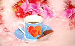 Copo azul dos Valentim com chocolate fotos de stock royalty free