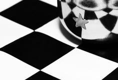 Copo bonito do metal no tabuleiro de xadrez Fotos de Stock Royalty Free