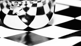 Copo bonito do metal no tabuleiro de xadrez Foto de Stock Royalty Free