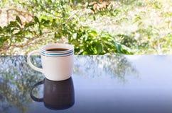 Copo branco clássico do café preto com fundo da árvore Fotos de Stock Royalty Free