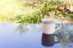 Copo branco clássico do café preto com fundo da árvore Imagens de Stock Royalty Free