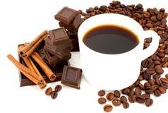 Copo branco com café, chocolate e canela. Imagem de Stock Royalty Free