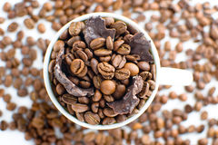 Copo branco com feijões de café Imagem de Stock Royalty Free
