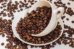 Copo branco com feijões de café Imagem de Stock