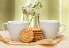 Copo branco com leite, cookies Fotografia de Stock