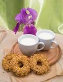 Copo branco com leite, cookies Foto de Stock