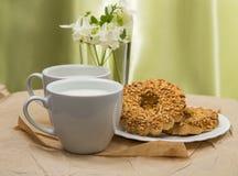 Copo branco com leite, cookies Imagens de Stock Royalty Free