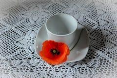 copo branco com sementes de papoila fotografia de stock