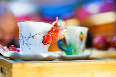 Copo branco da porcelana com peixes dourados fotografia de stock