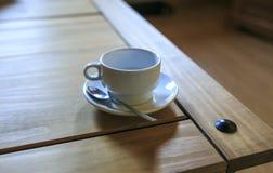 Copo branco de Cofee em uma tabela de madeira Fotografia de Stock Royalty Free