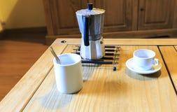 Copo branco de Cofee em uma tabela de madeira Imagem de Stock